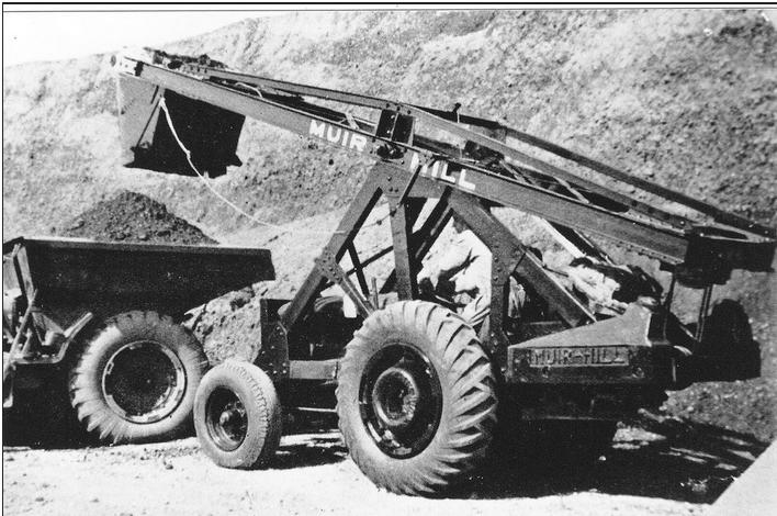 Чуть более поздняя модель погрузчика производства «Muir-Hill Ltd», уже на колесах, обтянутых резиной